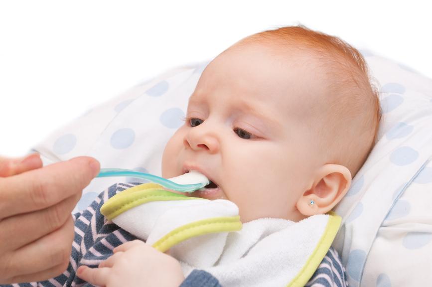 Bebé tomando papillas