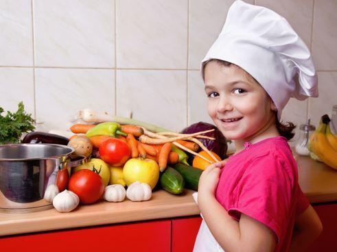 niña cocinando en casa