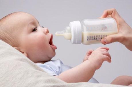 Bebé tomando el biberón
