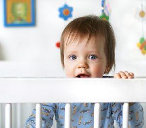 Cuándo pasar a un bebé a la cama, trucos