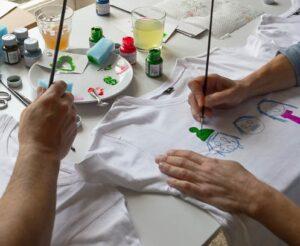 Pintar camisetas a mano para niños