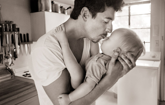 bebés besándose en la boca