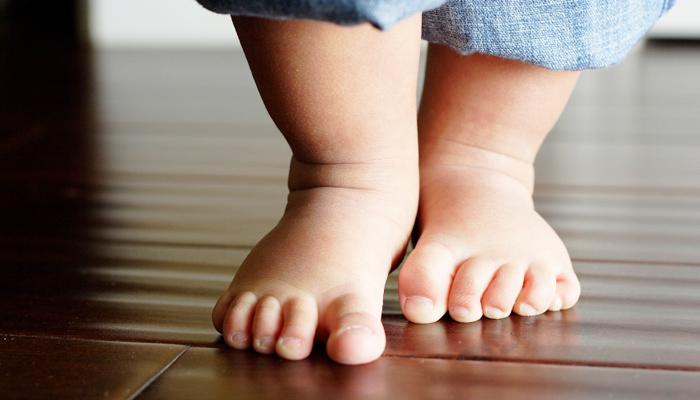 niño de 2 años caminando