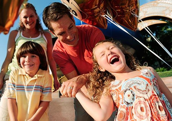 parques temáticos de españa - familia feliz