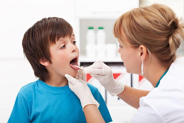 placas en la garganta niños