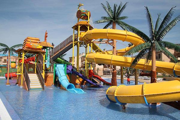 hotel piscina toboganes para niños