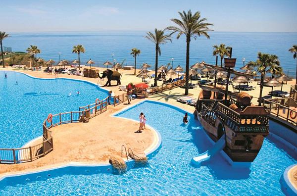 9 mejores hoteles con piscinas con toboganes ni os for Piscinas con toboganes