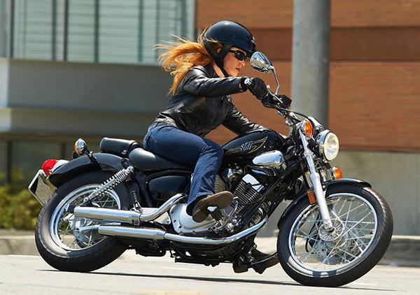 mujer embarazada moto