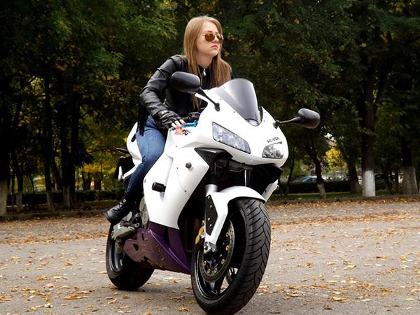 una mujer embarazada puede andar en moto