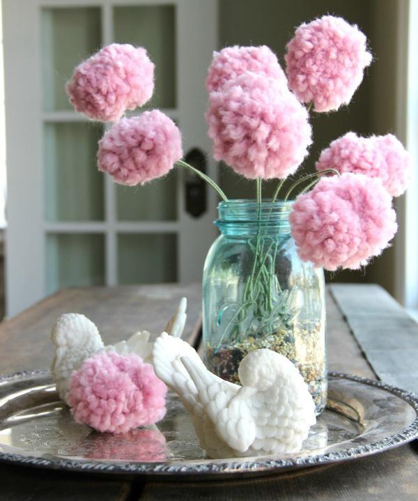como hacer pompones de lana en forma de corazon