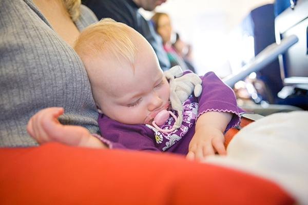 desde que edad puede viajar un bebe en avion