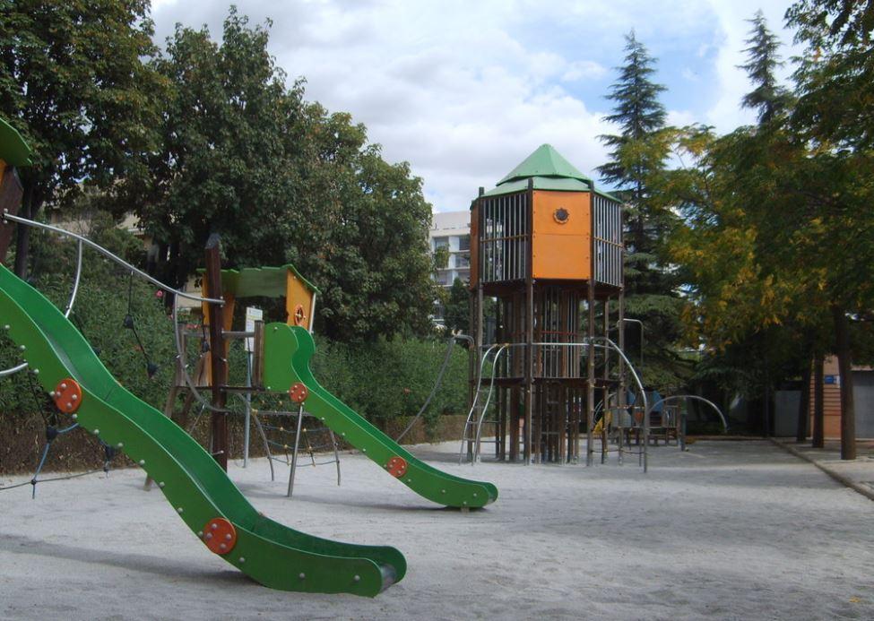parque federico garcia lorca columpios toboganes niños