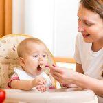 cómo dar de comer a un bebé