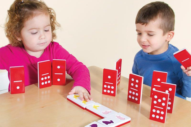 jugar al dominó niños