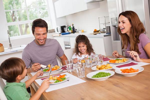 niños y niñas comiendo