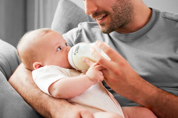 como alimentar a un bebe recien nacido