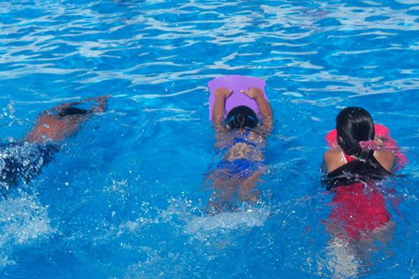 juegos acuaticos en piscina para niños