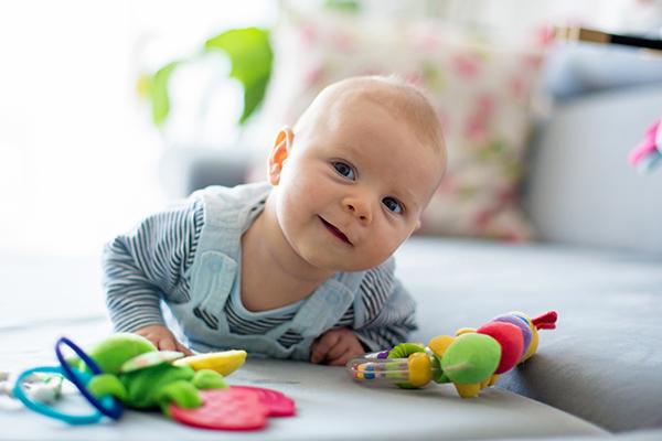 los bebés tiran las cosas al suelo