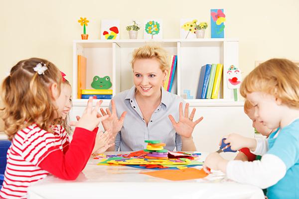 niños aprendiendo francés