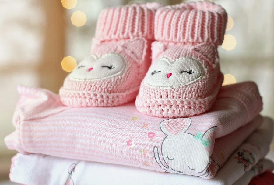 Qué tejidos evitar para vestir a tu pequeño