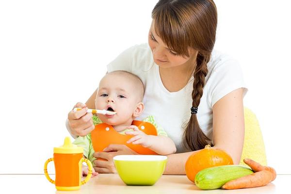 bebe no quiere fruta