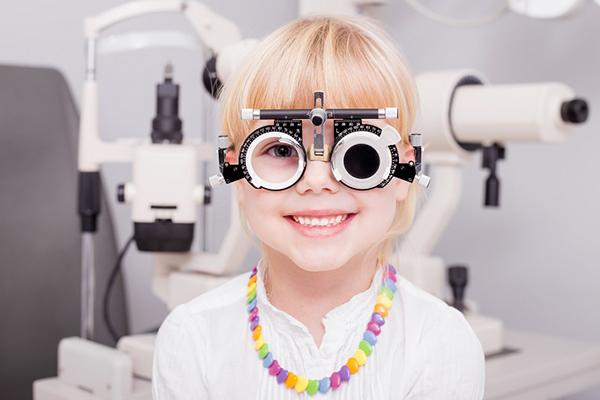 hasta que edad aumenta la miopia